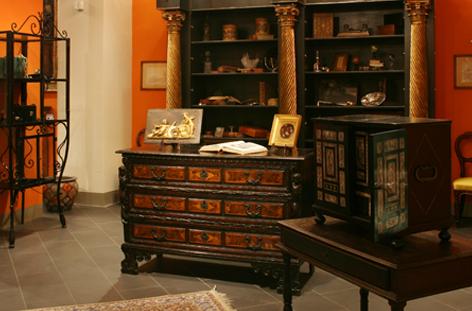 Cassettone lombardo lastronato ed intarsiato XVII secolo